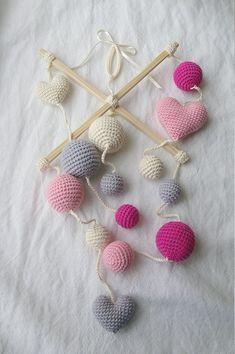 Cuna - Crochet rosa niña móvil - marfil/rosa/gris corazones bolas móvil (mobile de 4 colores) - cuarto de bebé niña