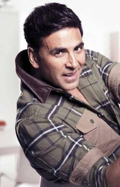 Bollywood star Akshay Kumar, who has played a soldier and police officer often on screen, has lauded a Mumbai police constable for saving a woman's l.