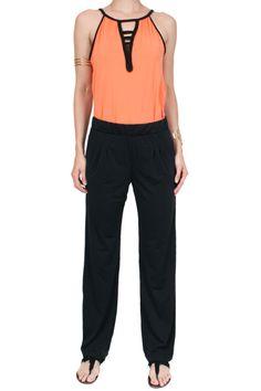 Calça pantalona Moa Lisa  Calça pantalona em malha fina e leve, com toque geladinho, super confortável. Com bolsos e pregas na frente. Modelagem soltinha.