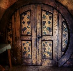 Hobbit Hole Door without having a round door Cool Doors, Unique Doors, Hobbit Door, The Hobbit, Into The West, Underground Homes, Earth Homes, Natural Building, Earthship