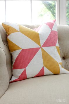 Sewing Pillows Half Square Triangle Pillow Sewing goals note to self try this! - This pretty half square triangle pillow is so cute and great for any time of the year. This is also a great project for those beginners to quilting! Triangle Pillow, Half Square Triangle Quilts, Patchwork Cushion, Quilted Pillow, Quilt Pillow Case, Pillow Cases, Modern Cushions, Pillow Inspiration, Pillow Ideas