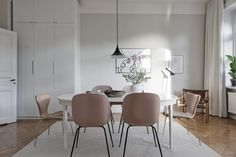 Pink kitchen chairs from Gubi. Ideas how to decorate with the biggest trends Kitchen Chairs, Dining Chairs, Living Room Chairs, Living Room Decor, Modern Scandinavian Interior, Interior Styling, Interior Design, Dining Nook, Dining Room Inspiration