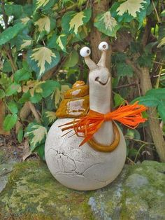 a funny garden snail with a hole at the bottom to put it on a stick . - … a funny garden snail with a hole on the underside to attach it to a stick … height - Cement Art, Concrete Crafts, Pottery Animals, Ceramic Animals, Clay Projects, Clay Crafts, Ceramic Pottery, Ceramic Art, Paper Mache Sculpture