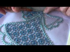 ▶ Bolillos. Rellenado de una araña rusa - YouTube Bobbin Lace Patterns, Crochet Patterns, Embroidery Stitches, Hand Embroidery, Diy Bordados, Bobbin Lacemaking, Needle Tatting, Crochet Diagram, Lace Border