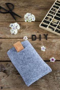 DIY Geschenke für Männer: Wir zeigen euch Schritt für Schritt und mit Video Anleitung wie ihr eine DIY Ebook Reader Tasche aus Filz und Kork nähen könnt !
