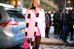 El paradigma de la estrella de street style, Anna Dello Russo, también sacude la ciudad con uno de sus epatantes looks.