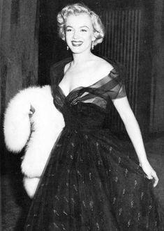 """Terminamos o ano de 1951 com Marilyn indo para a noite do """"Oscar"""" (Oscar) para atribuir o prémio de """"melhor microfonação"""" Thomas MOULTON para o filme em que Marilyn jogado em 1950 """", All About Eve """".  Infelizmente, ao longo de sua carreira, Marilyn nunca vai receber a famosa estatueta."""