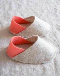 wool felt shoes you can make and give as a shower giftFelt Baby Slippers tutorial from Purl Soho. Creator says, they are her go-to baby shower gift and make a great add-on to a more utilitarian gift.Love the sweetness of these little mocs: The Purl Bee - Purl Bee, Felted Slippers, Baby Slippers, Shower Slippers, Bedroom Slippers, Felt Baby Shoes, Baby Shoes Pattern, Purl Soho, Felt Diy