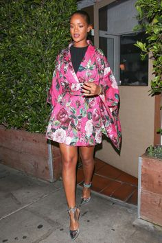 Rihanna Wears Floral Kimono for Dinner at Her Favorite Spot: Photo Rihanna wears a pink floral kimono dress while stepping out of her favorite restaurant, Giorgio Baldi, on Thursday night (June in Santa Monica, Calif. Rihanna Street Style, Rihanna Mode, Rihanna Fenty, Rihanna Outfits, Rihanna Fashion, Classy Outfits, Stylish Outfits, Beautiful Outfits, Unique Outfits