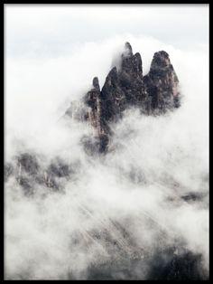 Tavla med fotografi av berg och moln. Snygga och stilrena posters och prints med fotografier med naturmotiv.