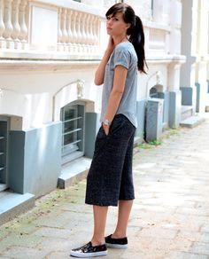 Lucy De Bouer com t-shirt cinza + calça pantacourt + tênis slip.