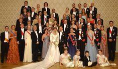 Foto oficial de la boda entre la princesa Märtha Louise de Noruega y Ari Behn, con sus respectivas familias y los invitados reales a la ceremonia