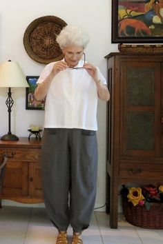 Today's make this with that sewing inspiration is a ready-to-wear ensemble that reminds us that keeping it simple keeps it elegant. Recreate this look with a knit Eureka Top pattern and linen Picasso Pants pattern. So cool and chic for summer. 60 Fashion, Fashion Sewing, Fashion Over 50, Fashion Outfits, Make Your Own Clothes, Kinds Of Clothes, Sewing Clothes Women, Diy Clothes, Sewing Shirts