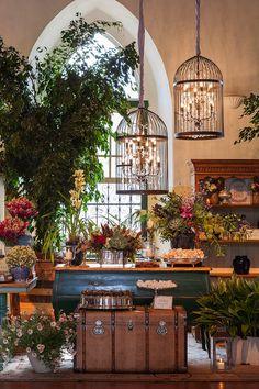 Mesa de doces colorida, rústica, elegante e outonal. Lustres em formato de gaiolas, malas e vegetação abundante dão ainda mais charme ao projeto. Foto: Julia Ribeiro