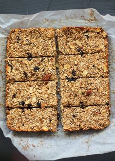 Healthy high protein snacks that are perfect for traveling! These homemade snacks have wholesome ingredients and are packed with fiber and protein. Granola Muesli, Banana Granola, Healthy Granola Bars, Quinoa Bars, Banana Bars, Vegan Granola, High Protein Snacks, Protein Bars, Healthy Baking