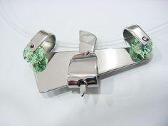 Dije en Acero Inoxidable con cristales checos. Estilo abstracto. hecho en Venezuela. Coronel & Natera
