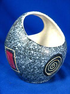 http://www.ebay.de/itm/Seltene-asymmetrische-50er-Jahre-Design-Scheurich-Keramik-Henkel-Vase-11-cm/321749928275?_trksid=p2047675.c100005.m1851