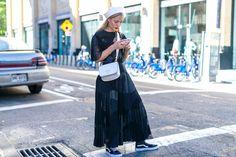 Модель в черной юбкн макми, кедах, белая панамка и сумка - уличная мода…