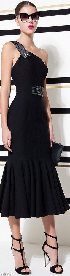 92b400e433736 Look ideal para ir fantástica en veranoLlevar un vestido negro con escote  asimétrico, con detalles
