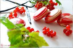 Johannisbeer-Vanille-Macarons, marmoriert. Mit Vanille-Ganache und Johannisbeer-Konfitüre.