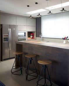 Uma dose de inspiração para a cozinha: no projeto de Juliana Pippi (@julianapippi), bancada central que imita aço cortén e as banquetas Phillips, de Jader Almeida (@jaderalmeida) dão um toque rústico e moderno! #casavogue #decoração #cozinha #design