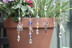 Suncatchers - Sunjewels - In this photo: Garden Pot Suncatchers. Wire Crafts, Bead Crafts, Jewelry Crafts, Garden Crafts, Garden Art, Wire Jewelry, Beaded Jewelry, Mobiles, Hanging Crystals