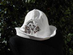 Cappello da donna bianco  con fiore decorativo , in velluto di cottone.