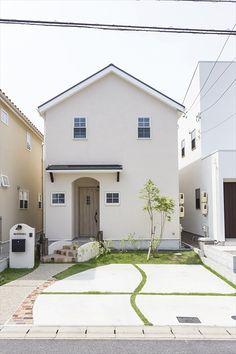 ジャストの家[公式] 色と壁紙づかいがかわいい家 White Exterior Houses, Small House Exteriors, Dream House Exterior, Small Japanese House, Muji Haus, Loft, Cute House, Small House Design, Facade House