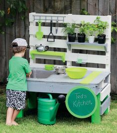 Kinderspielplatz Garten Build a # mud kitchen # for more fun in the - Here's how! Diy Kitchen Projects, Diy Garden Projects, Kitchen Ideas, Backyard Plants, Backyard Fences, Diy Outdoor Furniture, Garden Furniture, Outdoor Kitchen Bars, Diy Mud Kitchen