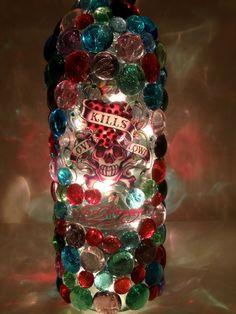 Bouteille de vin standard agrémentée de Ed Hardy « amour tue lentement » bling décalque, verre gemmes et éclairé par des lumières. Couronné par un bouchon de vin verre rose.Le cordon de la lumière se branche sur une prise électrique standard. Lampes de rechange sont inclus. Les couleurs en cascade sur le mur créant une ambiance romantique. Cet un accessoire idéal pour une fille chambre dortoir, chambre ou salle de bain. Il est également parfait pour une lumière de nuit.