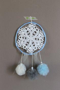 Dreamcatcher- attrape rêves bleu, gris & blanc fait main // Pompons, dentelle, perles et tulle on Etsy, 14,00€