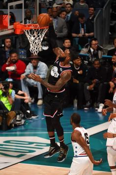 Street fashion in the hole. Lebron 16, Nike Lebron, Basketball Players, Basketball Court, Lebron James Wallpapers, King On Throne, In The Hole, All Star, Nba