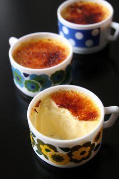 Petits pots de crème à la vanille très onctueux et très crémeux ( je veux les même tasses!)