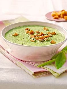 Bärlauch-Sahnesuppe mit Croutons - New Ideas Lacto Vegetarian Diet, Soup Starter, Soup Recipes, Healthy Recipes, Wild Garlic, Soup Kitchen, Vegan Snacks, Vegetable Recipes, Food Inspiration