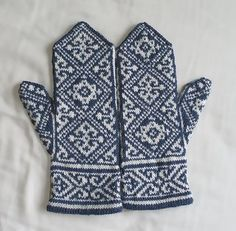 Ravelry: Egyptian Mittens pattern by Tuulia Salmela Mittens Pattern, Knit Mittens, Knitted Gloves, Knitting Socks, Hand Knitting, Knitting Charts, Knitting Patterns, Crochet Patterns, Wrist Warmers