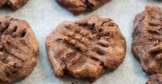 Çantaya atıp taşımalık şekersiz, unsuz ve hatta yağsız kurabiyeler hazırladık. 1 tanesi yaklaşık 50 kalori. İki tanesi kahve eşlikçisi tam bir ara öğün.