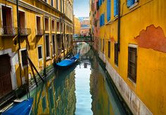 When Water Meets Color, Venice, Italy - Photo by Ben Heine Perspective Pictures, 1 Point Perspective, Perspective Drawing, World Of Color, Color Of Life, Ben Heine, Perspective Photography, Art Lessons Elementary, Elements Of Art