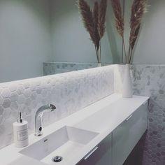"""Architect's Home in 🇫🇮 sanoo Instagramissa: """"Epäsuoraa valoa on käytetty meillä kaikissa vessa- ja kylppäritiloissa. Peilin taakse on sijoitettu alaspäin valaiseva ledinauha ja valot…"""" Bathtub, Bathroom, Standing Bath, Washroom, Bathtubs, Bath Tube, Full Bath, Bath, Bathrooms"""