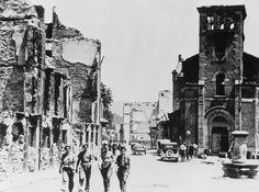 Los soldados del general Franco pasean entre las ruinas de la destruida localidad vasca, tomada el 1 de octubre, 1937  correr a