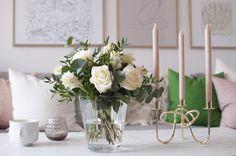 Vacker nyårsbukett med bland annat rosor och nejlikor hemma hos Deborah Löfholm