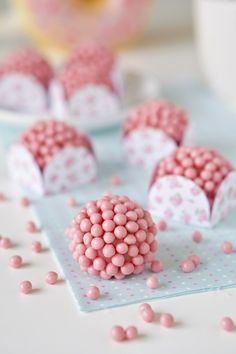 Brigadeiro de morango | Flamboesa Lila Party, Party Sweets, Elegant Desserts, Birthday Candy, Sweet Bakery, Dessert Decoration, Pastry Recipes, Strawberry Recipes, Yummy Cakes