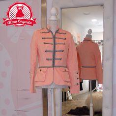 Chaqueta piel de melocotón en color rosa con detalles en plateado, es perfecta para llevar con tus pantalones o faldas preferidos...tanto para ocasiones informales como para lucirla en un evento especial. #moda #chaqueta #fashion #retro #rosa #almacoqueta #leonesp #otoño #invierno #elarmariodelulu