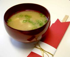 My mum used to make me Miso Soup every morning when I was young kid , it's a very simple and tasty soup that you can have anytime of the day. Here's a basic recipe for Miso Soup with Tofu Ingredients - Bonito Flakes or Niboshi for Broth . Japanese Onion Soups, Japanese Dishes, Japanese Food, Japanese Recipes, Traditional Japanese, Japanese Miso Soup, Japanese Steak, Chinese Food, Soup Recipes