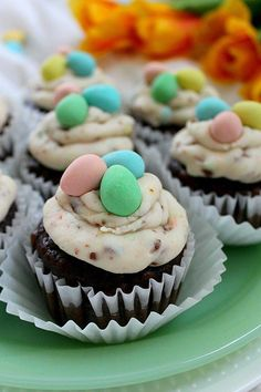 If you love Cadbury mini eggs you'll love these easy Easter cupcakes! Your kids will devour the buttercream icing and you'll enjoy a different Easter dessert idea that isn't a bird's nest. Try these fun treats and watch them disappear! Dessert Oreo, No Egg Desserts, Desserts Ostern, Easy Desserts, Delicious Desserts, Desserts For Easter, Oster Cupcakes, Baking Cupcakes, Cupcake Cakes