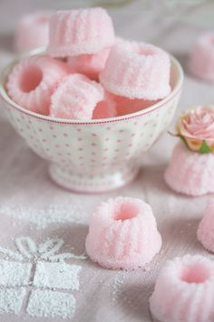 Zucker Gugl - Lisbeths Perfect for a Bridal Shower! {Mini Pink Angel Food Cakes}Perfect for a Bridal Shower! Pretty Pastel, Pastel Pink, Couleur Rose Pastel, Patisserie Fine, Rose Bonbon, Pink Foods, Sugar Cubes, Cute Desserts, Pink Desserts