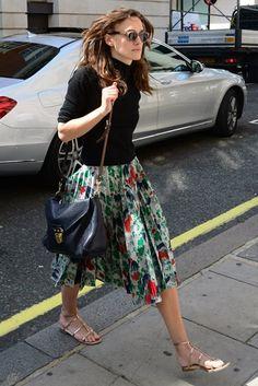 キーラ・ナイトレイのカラフルなプリーツスカートはやっぱりひざ下で! | 海外セレブファッションスナップ CELEB SNAP