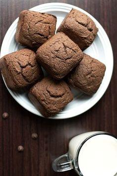 Um super e delicioso Brownie de chocolate low carb sem glúten. Uma receita que é livre de açúcar, baixa em carboidrato e usa farinha de coco, farinha de...