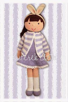 Ilza - lalka wykonana na szydełku. Lalka ubrana jest w sukienkę i bolerko wykonane na drutach. Włosy lalki upięte są w koński ogon.  Wyso...