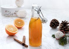 Julesirup - Opskrift på sirup med julekrydderier og appelsin Hot Sauce Bottles, My Favorite Things, Dressing, Food, Christmas, Syrup, Xmas, Eten, Weihnachten