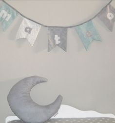 Esta guirnalda de tela dará un toque muy especial a la habitación de tus peques. Está hecha con diferentes telas y estampados en tonos gris, azul-mint y blanco. Personalízala con el nombre que elijas y utilízala tanto para decorar la habitación como una fiesta infantil o baby shower. Puedes combinarla con los cojines estrella o luna con la misma tela de topos en azul, gris o mint o con los móviles de cuna con las mismas telas.Medidas de los banderines: 15 x 16 cmMedida ...